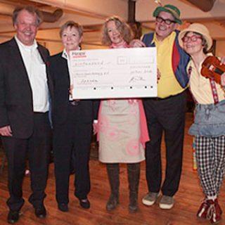 Das Ehepaar Pannecke, unsere 1. Vorsitzende Kathrin Schnelle und die Clowns bei der Scheckübergabe