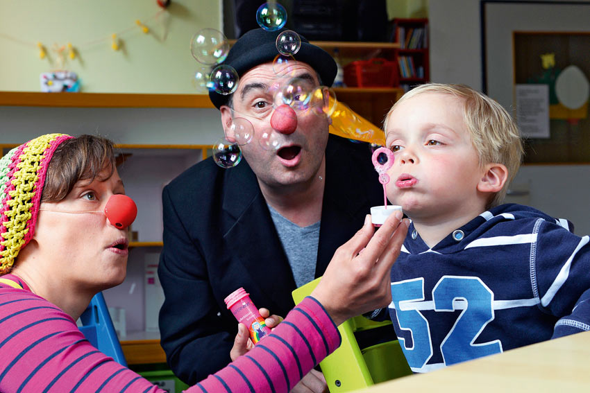 Nika und Erico verzaubern mit Seifenblasen