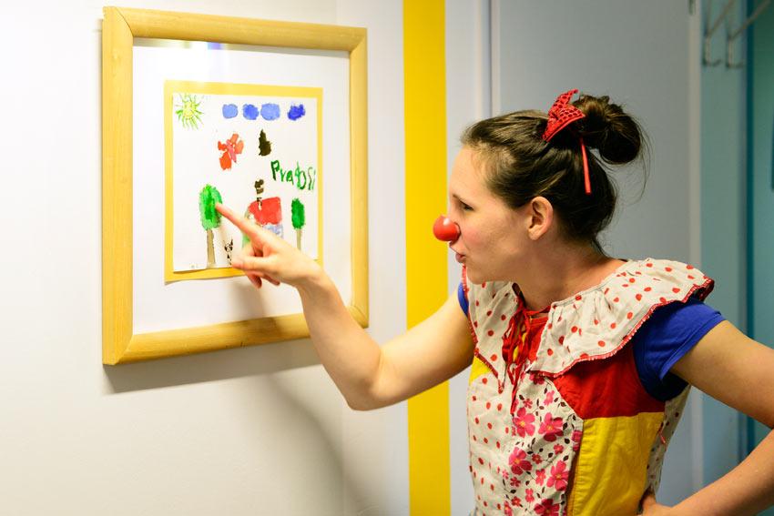Schosefine bewundert junge Kunst
